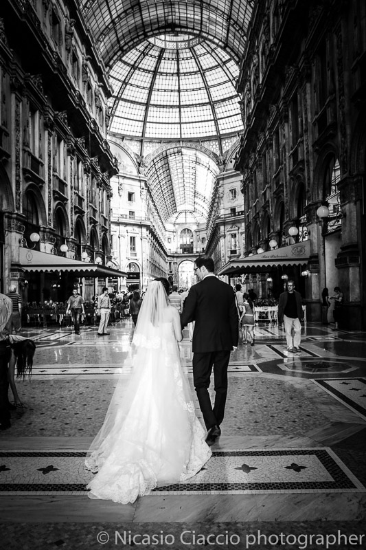 Sposi nella galleria Vittorio Emanuele matrimonio Milano, foto di matrimonio