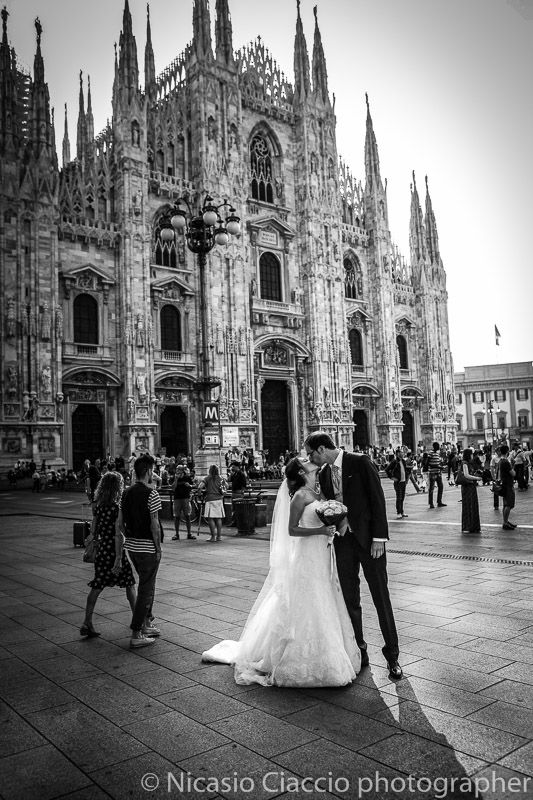 Duomo di Milano bacio degli sposi difronte il Duomo