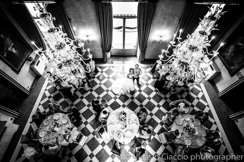 foto matrimonio-Milano sala di Villa San Carlo Borromeo Senago al centro gli sposi