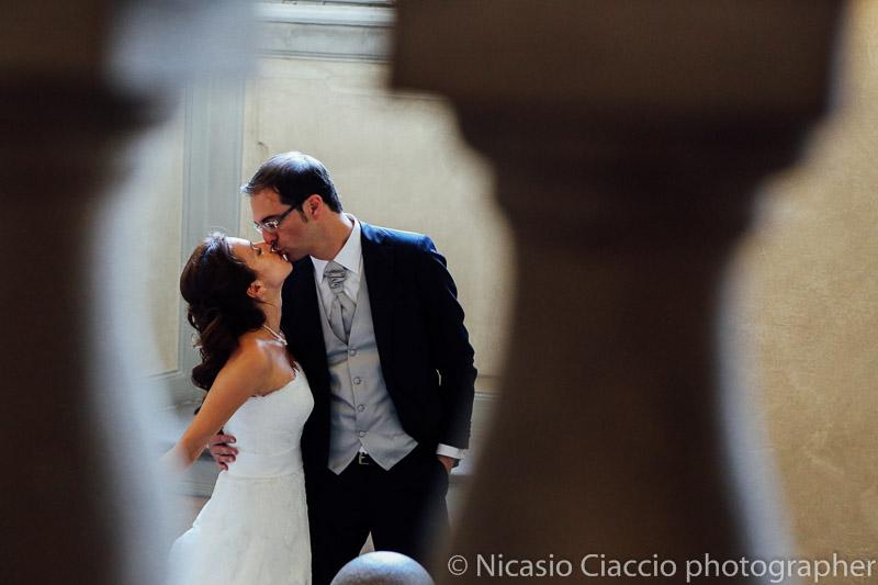 foto matrimonio-Milano-bacio sposi a villa Borromeo