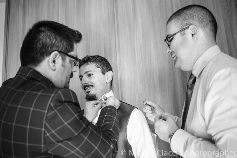 Testimoni aiutano lo sposo a vestirsi - Matrimonio Molino Santa Marta