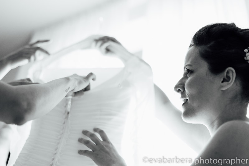 La sposa prende abito nuziale - Matrimonio Molino Santa Marta