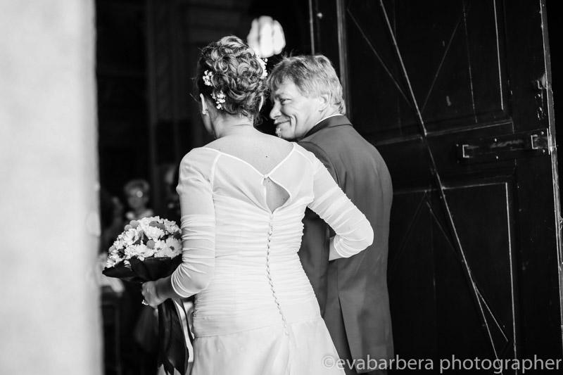 Entrata in chiesa sposa con padre -Matrimonio Molino Santa Marta