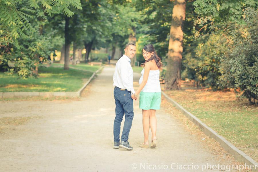 Gravidanza milano servizio fotografico al parco di milano, foto al tramonto