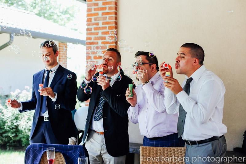 Invitati degli sposi che giocano con le bolle-Matrimonio Molino Santa Marta