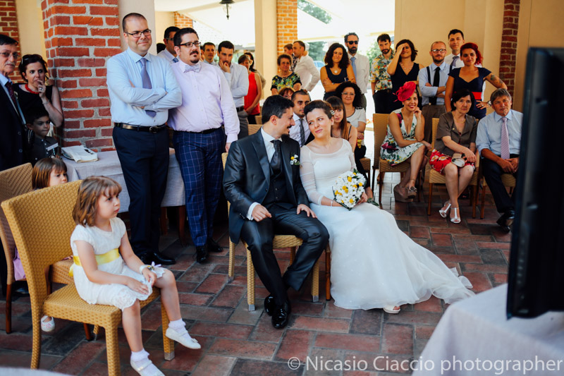 Sposi guardano il video che hanno fatto gli invitati al Matrimonio Molino Santa Marta-2