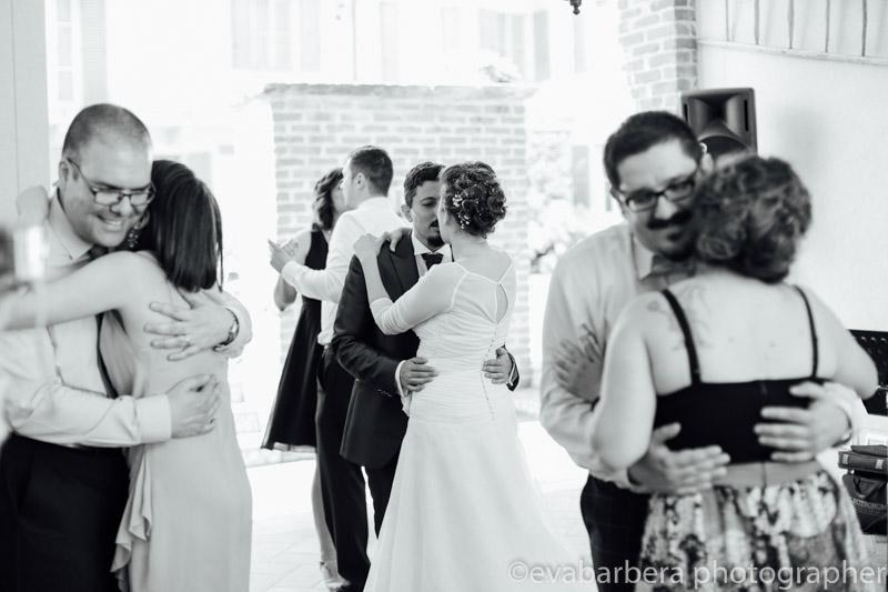 Sposi e invitati ballano -Matrimonio Molino Santa Marta