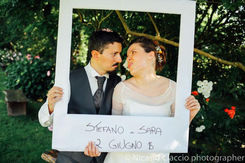 Foto divertente sposi durante il photobooth -Matrimonio Molino Santa Marta-2