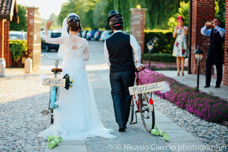 Sposi vanno via in bicicletta - Matrimonio Molino Santa Marta