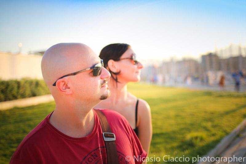 ritratto di profilo di coppia presso il porto di palermo al tramonto