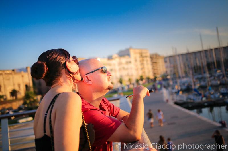 ritratto di coppia presso la cala di palermo al tramonto