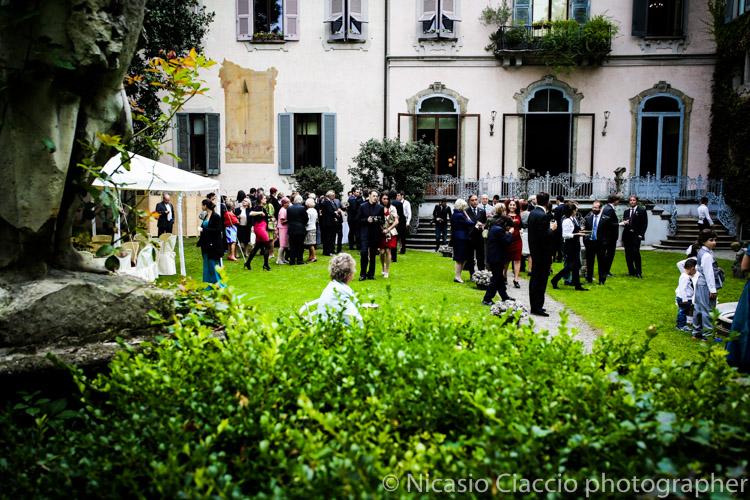 Veduta del giardino esterno. Matrimonio tra le Vigne di Leonardo Milano presso Casa Atellani nel cuore di Milano. sposarsi a Milano, fotografo famoso, Matrimonio elegante a milano