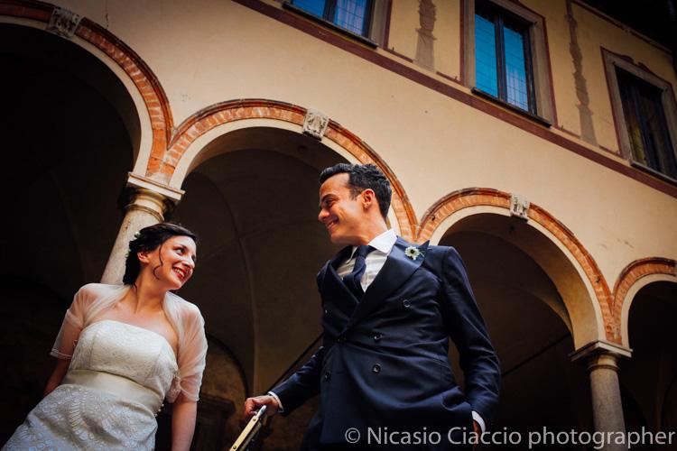 sposi sotto il portico quattrocentesco di Casa Atellani, Matrimonio a Milano