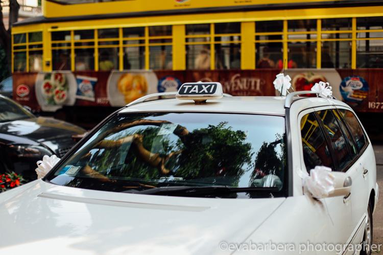 foto matrimonio milano - al matrimonio con taxi e tram