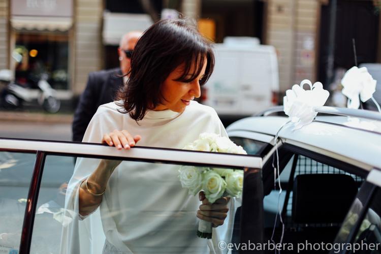 La sposa prende il taxi per andare a palazzo reale - foto matrimonio milano officine del volo