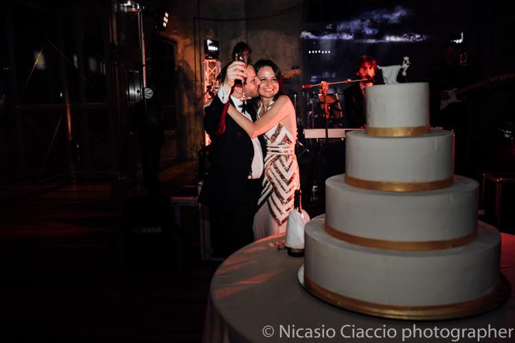 Sposi con la torta presso officine del volo