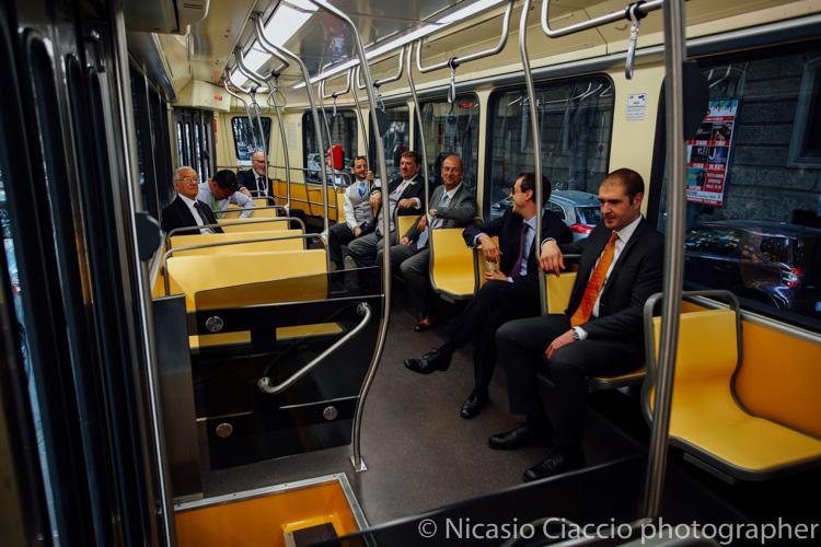 Lo sposi e gli amici in tram vanno a a palazzo reale milano - foto matrimonio milano officine del volo-2