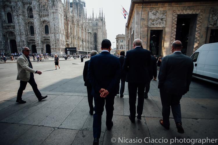 Lo sposo e gli amici a piedi verso il palazzo reale di milano - foto matrimonio milano officine del volo-2