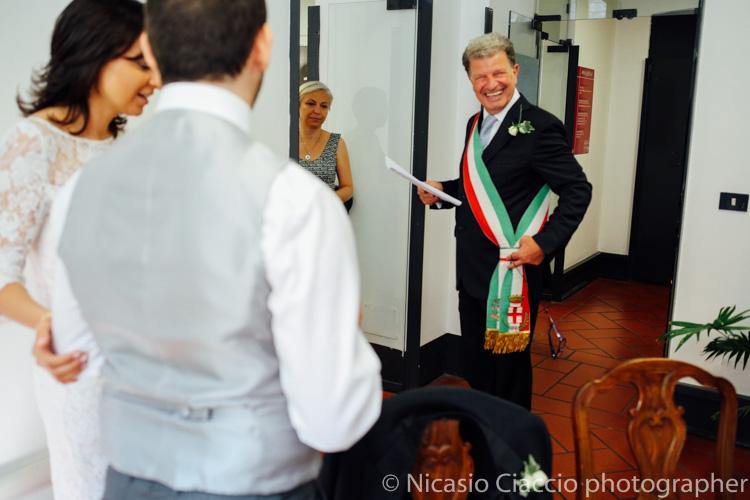 L'amico officiante mostra la fascia tricolore - foto matrimonio milano officine del volo-2