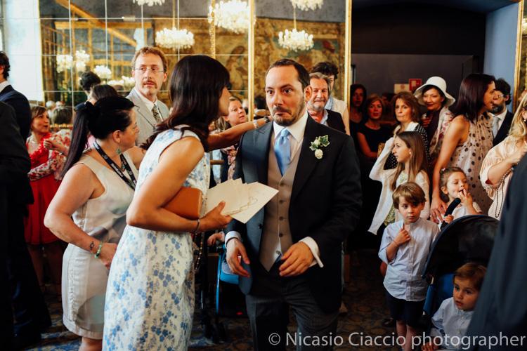 Lo sposo emozionato prima della cerimonia- Palazzo reale sala degli specchi -foto matrimonio milano officine del volo-2