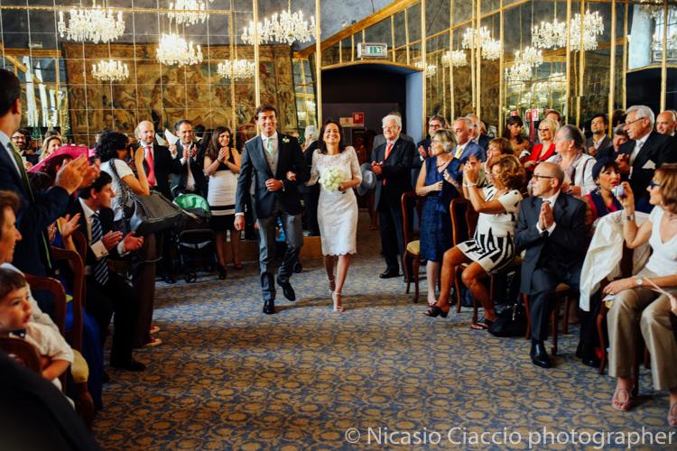 La sposa attraversa la sala degli specchi a palazzo reale - foto matrimonio milano officine del volo-2