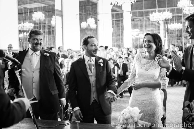 Sposi ridono durante la cerimonia Palazzo reale sala degli specchi - foto matrimonio milano officine del volo