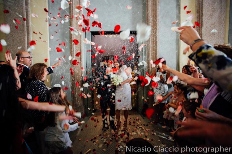 Lancio del riso e dei petali fuori la sala degli specchi milano palazzo reale - foto matrimonio milano officine del volo-2