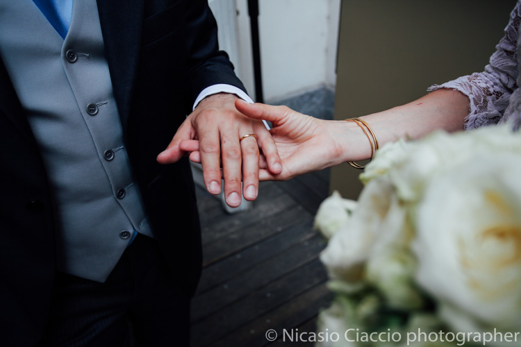 la mano dello sposo che fa vedere la fede - foto matrimonio milano officine del volo-2