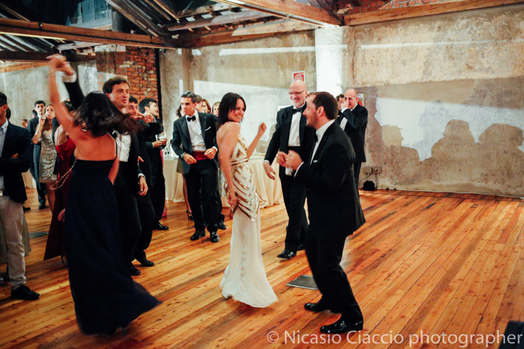 Sposi ballano presso officine del volo