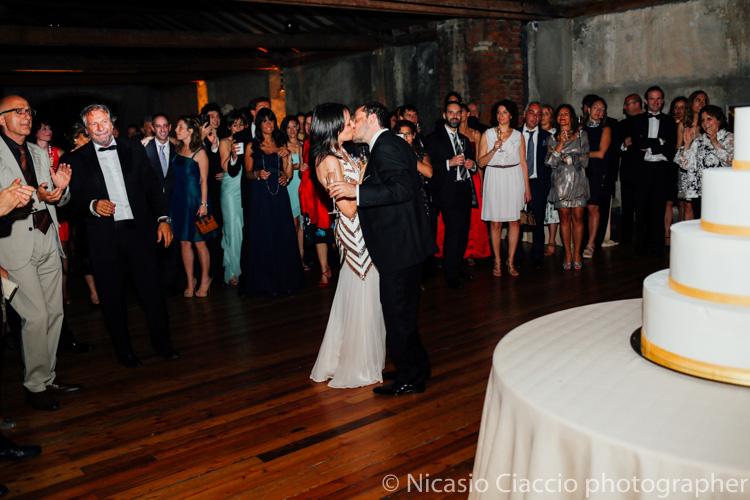 Ballo romantico degli sposi alle officine del volo -foto matrimonio milano