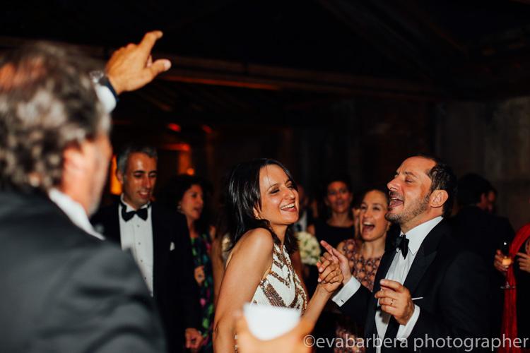 Sposi danzano e cantano -foto matrimonio milano officine del volo
