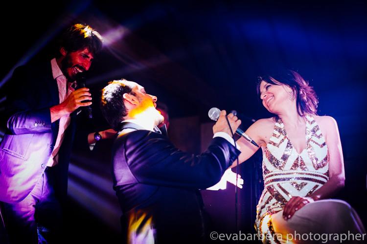 sposo e nicolò cavalchini cantano per la sposa - foto matrimonio milano officine del volo