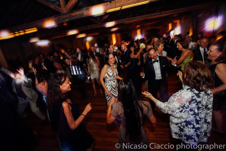 Foto matrimonio officine del volo Milano -sposi ballano alle officine del volo