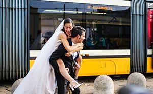 Servizio Fotografico di matrimonio Milano - sposi vicino a porta genova foto di nicasio ciaccio