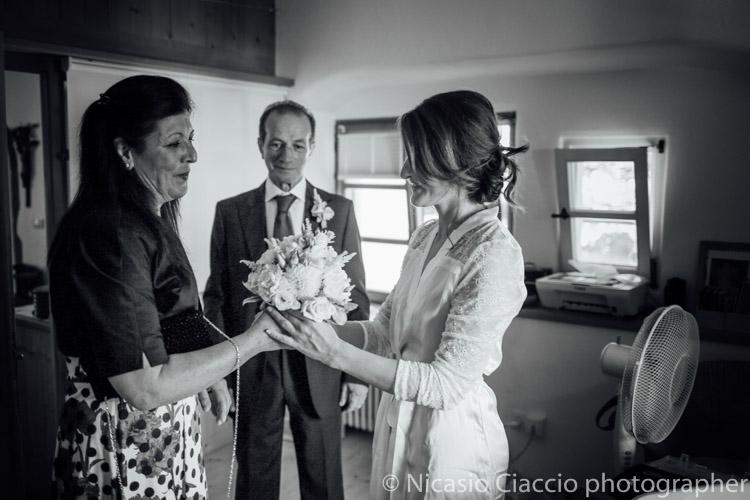 Arriva il bouquet della sposa, portato dalla suocera