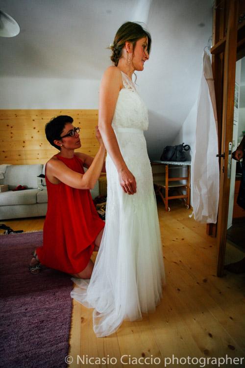 Ultimi ritocchi al vestito della sposa prima di uscire