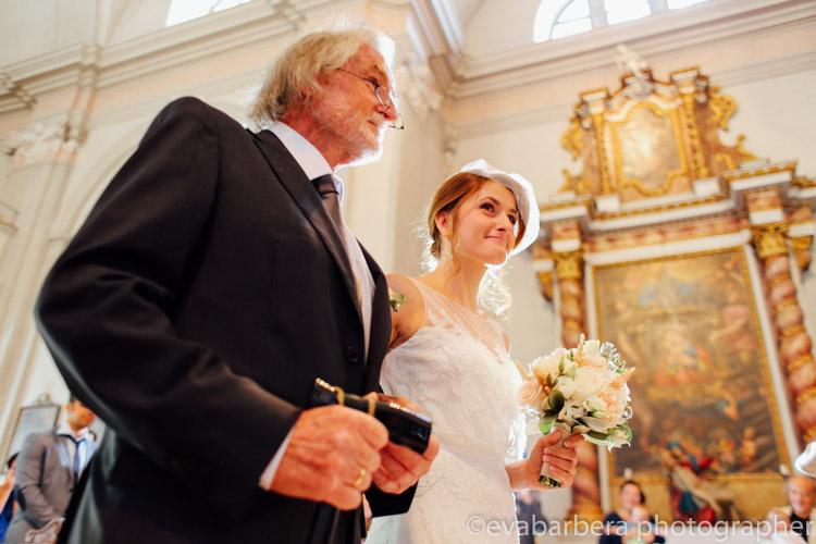 Ritratto sposa e papa che vanno verso altare chiesa di san Geltrude magrè