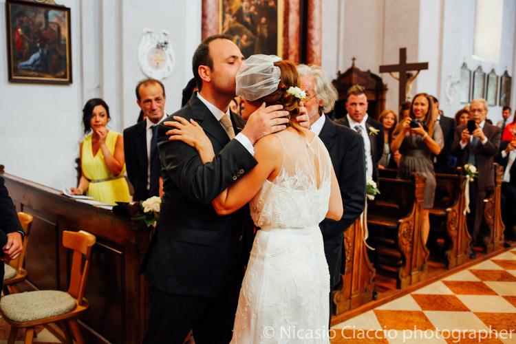 Lo sposo all'arrivo bacia la sposa in fronte