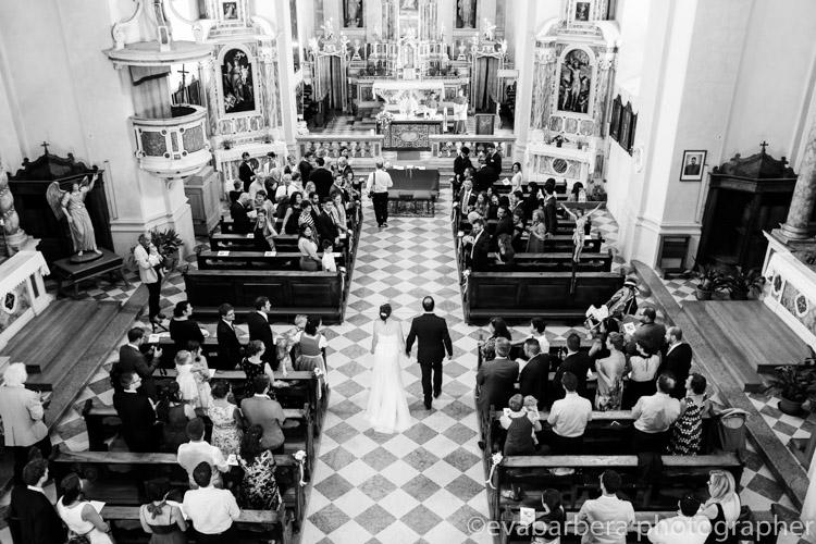 chiesa di san Geltrude dall'alto sposi vanno verso altare