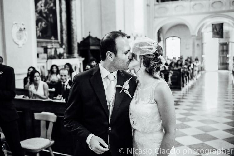 Bacio sposi dopo lo scambio degli anelli