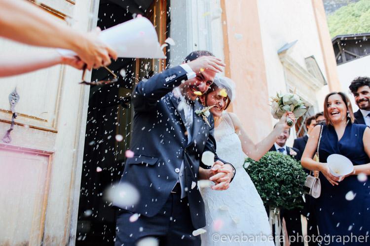 Uscita degli sposi lancio del riso e coriandoli colorati - matrimonio in trentino - Foto matrimonio Bolzano