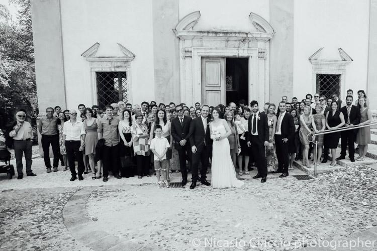 Foto di gruppo con gli invitati al matrimonio difronte la chiesa di san Geltrude Magrè - Trentino alto adige