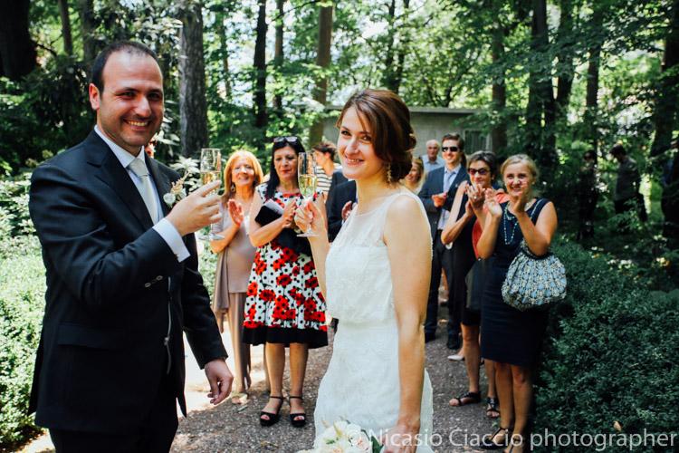 Brindisi sposi con gli invitati