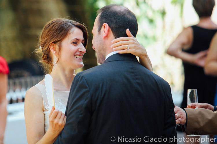 Scambio di sorrisi tra gli sposi