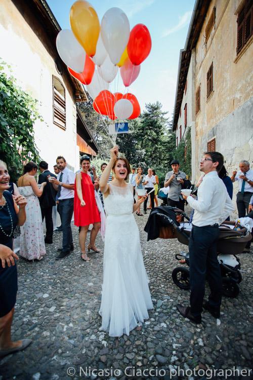 La sposa riceve uno dei regali, tanti palloncini colorati