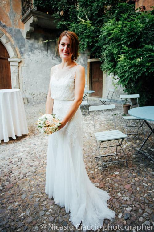 Ritratto sposa, figura intera con bouquet