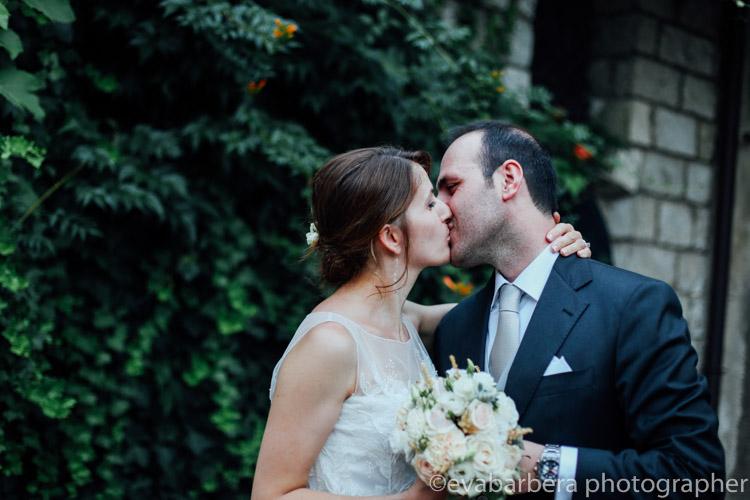 Bacio sposi in esterna