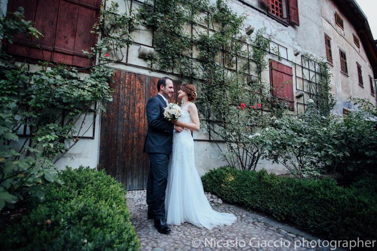Sposi nel giardino della tenuta Paradeis a Magrè