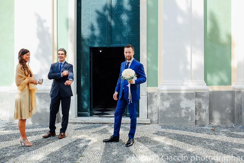 sposo in attesa difronte la chiesa