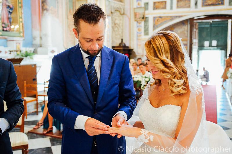 scambio anelli sposi in chiesa